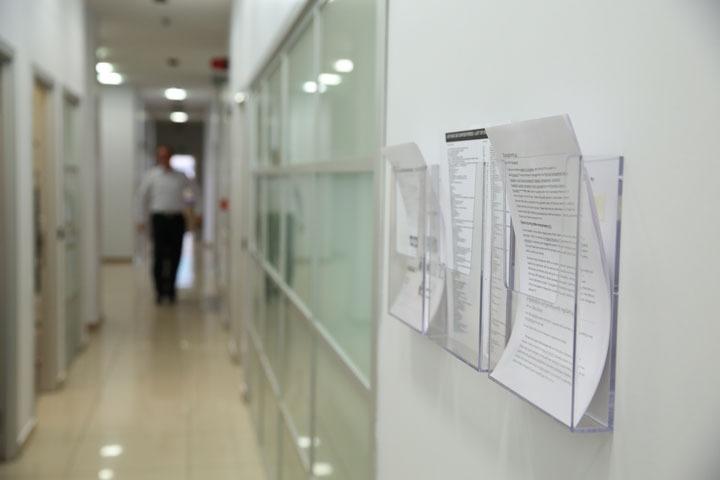 Единична поставка за брошури за стена